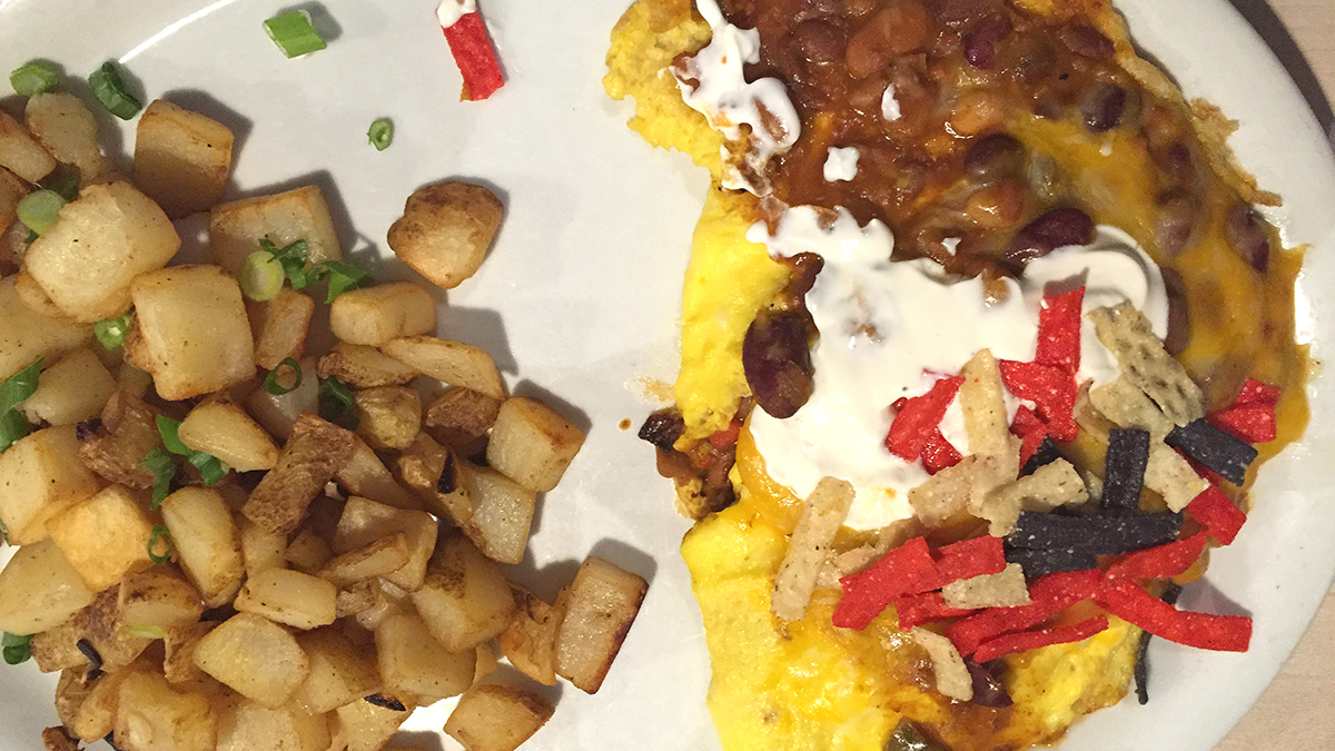 egg-harbor-cafe-chili-omelette